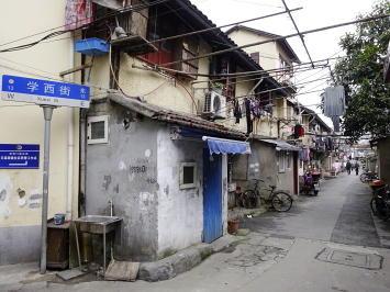 大通りから少し路地に入ると、現地の人の生活が垣間見える