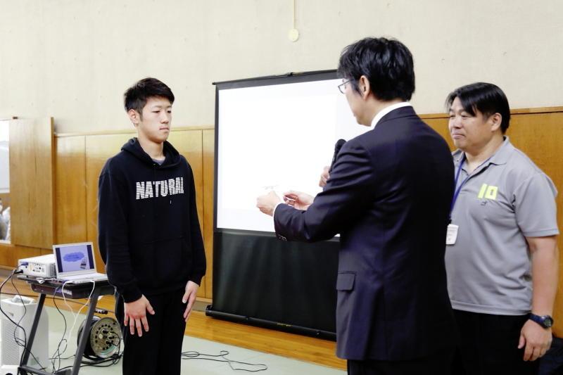 新井隆男 救命救急センター長より研修会の修了証が手渡された