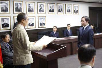 川名明夫学長から学位記の授与を受ける畢文涛氏