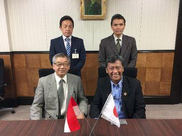 モハマッド・ショリヒン第1副学長(前列右)と記念撮影