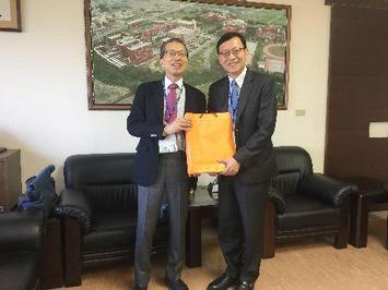 李泳龍 長栄大学校長(右側)を表敬訪問