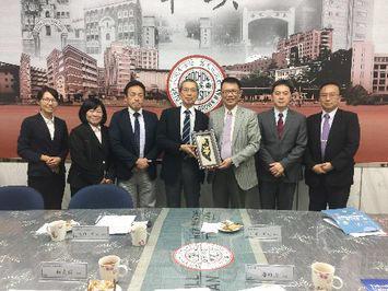 潘維大 東呉大学校長(右より3人目)を表敬訪問