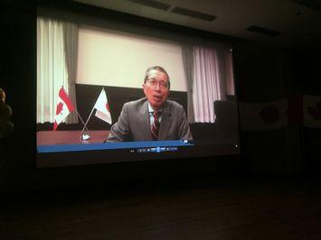会場に流れる川名学長ビデオメッセージ