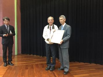 李英茂先生が宜蘭県を代表し感謝状を贈呈